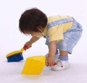nino-limpiando